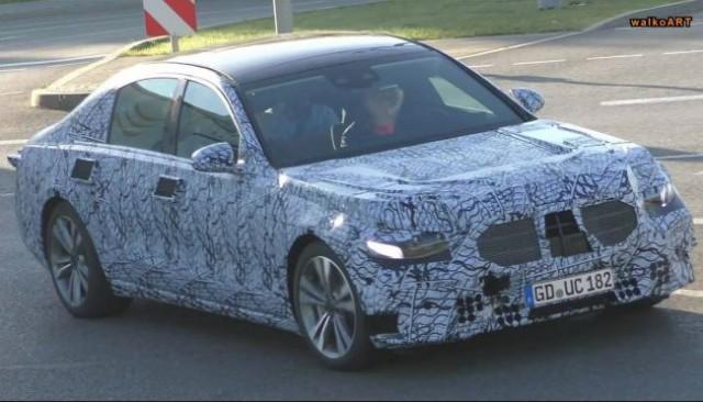 Na internete sa objavili fotografie nového Mercedesu triedy S aj s veľkým displejom v interiéri