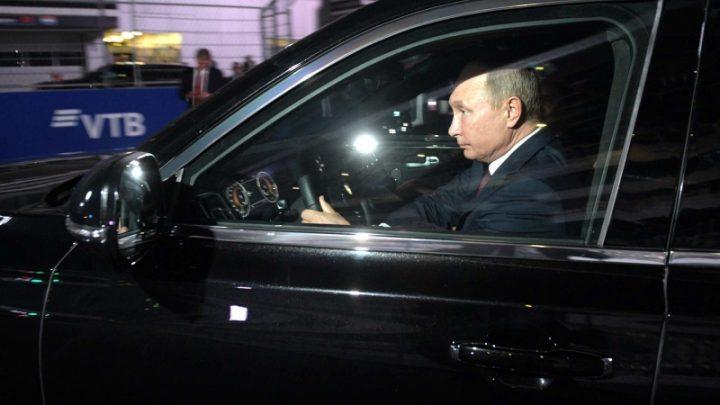 Vladimír Putin previezol na okruhu egyptského prezidenta vo vozidle Aurus Senat