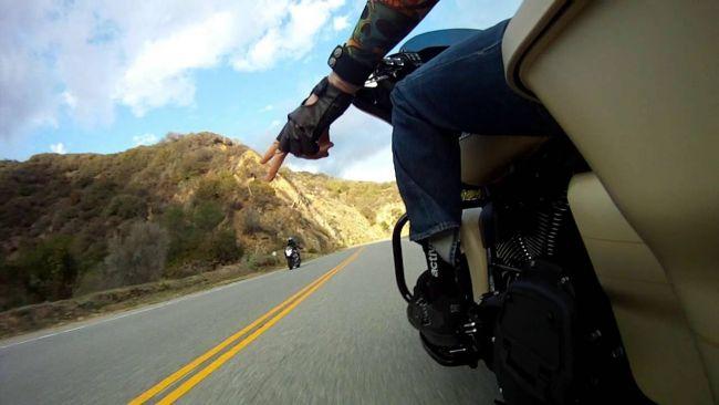 Nemecké výskumné centrum zistilo, že tretina motocyklistov používa smartfón počas šoférovania.
