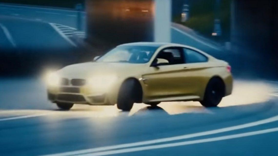 Pozri sa na tento drift v meste. Šofér šiel od obrubníka k obrubníku.