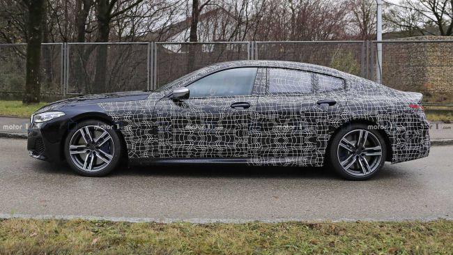 BMW M850i Gran Coupe bolo nafotené v premávke. Predná časť je bez kamufláže.