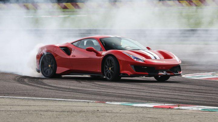Ferrari pravdepodobne predstaví čoskoro nové vozidlo. Bude to SUV alebo superšport?