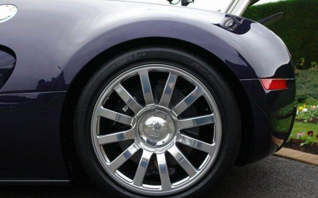 Jazdené pneumatiky na Bugatti Veyron stoja 150 000 dolárov.