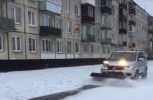 Majiteľ vozidla UAZ Patriot pomohol cestárom v Petrohrade.