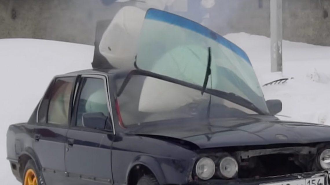 Čo sa stane ak vybuchne v aute 20 airbagov? Bezpečné to rozhodne nie je.