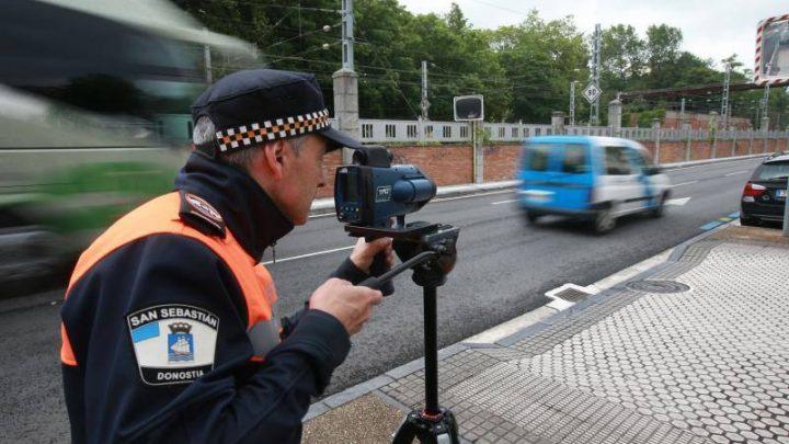 Polícia bude trestať používanie telefónu za volantom. Majú nové zariadenia na zistenie jeho užívania.