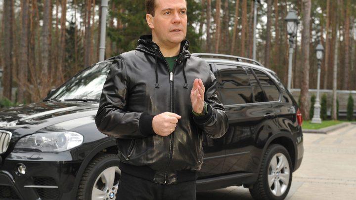 Pozrime sa na akých autách jazdí Dmitry Medvedev.