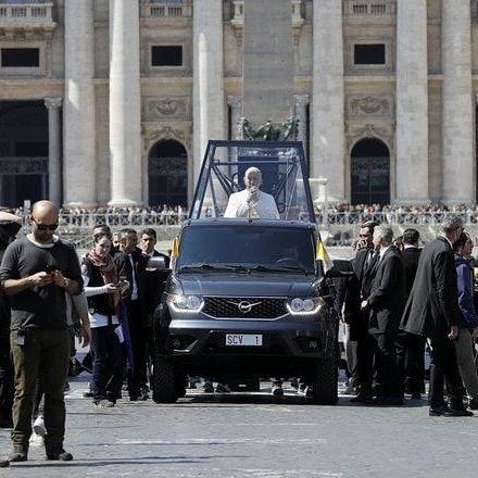 UAZ pick-up si zahral úlohu papamobilu. Skutočný pápež sa v ňom neviezol.