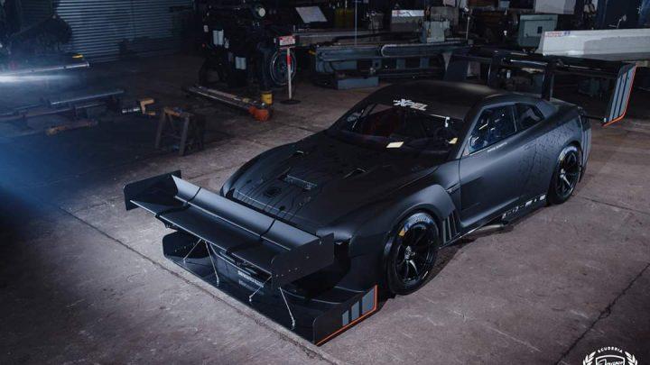 Tento Nissan GT-R má obrovské krídlo na prednom nárazníku.
