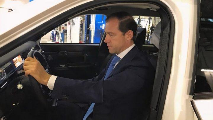 Ruský minister priemyslu a obchodu sa pozrel na SUV Aurus Komendant.