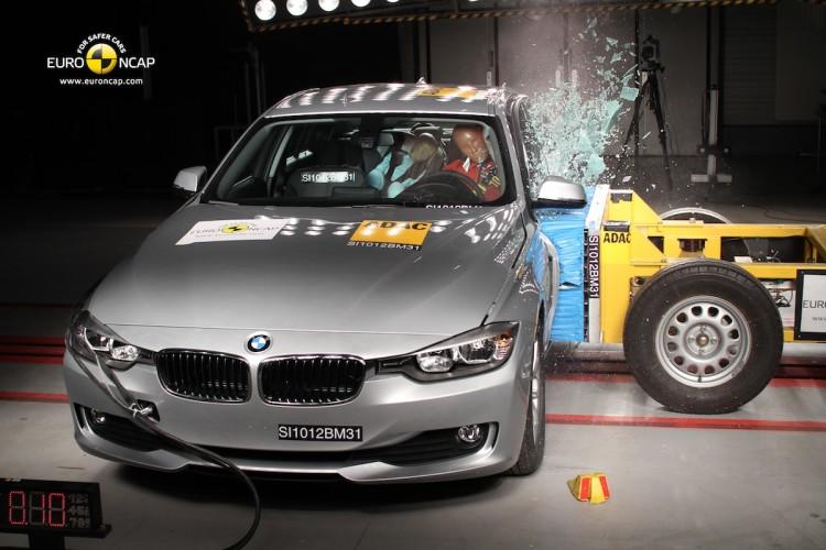 Je Euro NCAP marketingový nezmysel? Pri 200 km/h ti nezachráni život žiadne auto. (Video)