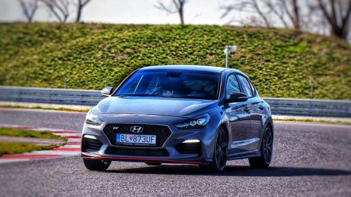 Vyskúšali sme Hyundai i30 Fastback N Performance na okruhu Slovakia Ring. Jazdí Fastback lepšie ako hatchback?
