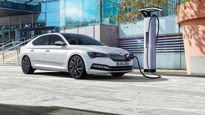 Škoda predstavila nový Superb, ktorý dostal moderné technológie, plug-in hybridný pohon a verziu Scout.