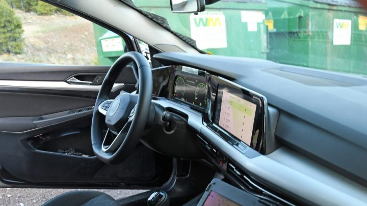 Interiér Golfu MK8 bol odhalený únikom fotiek.