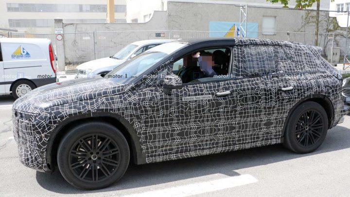 Elektrické SUV BMW bolo nafotené aj s interiérom.
