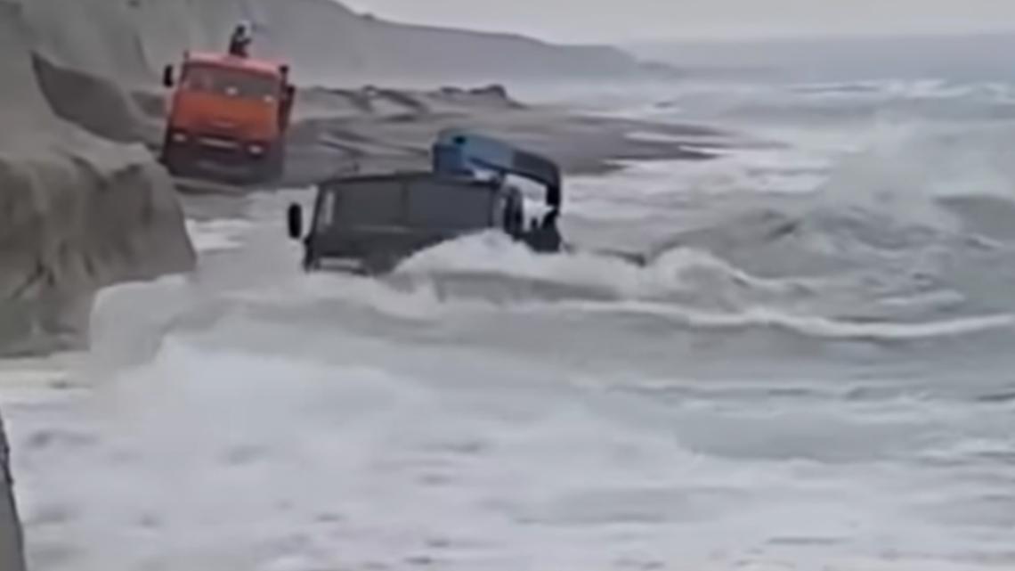 Video: Kamaz prešiel cez rozbúrené more.
