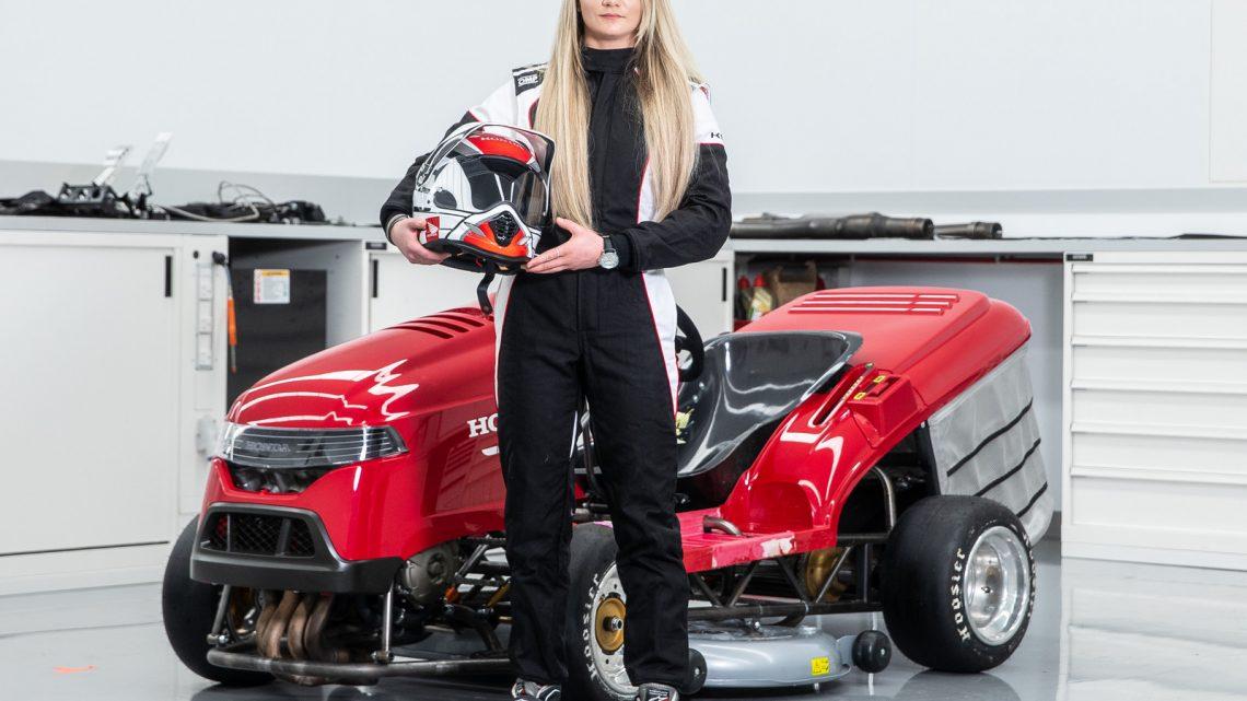 Honda postavila najrýchlejšiu kosačku na svete a za volant si sadla blondína.