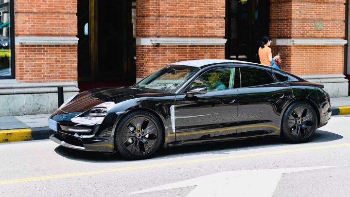 Elektrické Porsche Taycan bolo nafotené v Šanghaji bez maskovania.