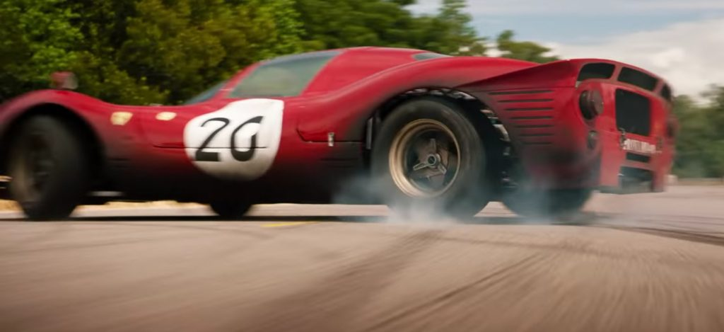 Der vielleicht interessanteste Autofilm ist Fast and Furious. Dieser Film ist jedoch jedem bekannt und insgesamt wurden acht Folgen gedreht. Aber dieser Film ist schon mehr Action als Autofahren, aber dieses Jahr wird ein weiterer sehr interessanter Autofilm, der auf einem echten Ereignis basiert, in die Kinos kommen. Es ist das Jahr 1966. Damals wollte der Amerikaner Ford die italienische Autofabrik Ferrari kaufen. Der Deal war fast abgeschlossen, aber schließlich widersprach Enzo Ferrari, weil er nicht weiter ein führender Autohersteller sein konnte. Er mochte Hery Ford II nicht und beschloss, sich an Enzo zu rächen, indem er Ford zu einem konkurrenzlosen Modell machte, um das Rennen zu gewinnen. Aus diesem Grund wurden ein Autorennfahrer aus Texas, Caroll Shelby und der britische Rennfahrer Ken Miles eingeladen. Ihre Aufgabe war es, einen Rennwagen zu bauen. Das Ergebnis war der berühmte Ford GT. Was ist dann passiert? 1966 nahm der Ford GT40 am berühmten 24-Stunden-Rennen von Le Mans teil, um die Maranello Concessionaires mit dem Ferrari 275 GTB / C zu besiegen. Der Ford GT40 hätte mit zwei Fahrern, Bruce McLaren und Ken Miles, drei Mal gewinnen können. Dies ist die Geschichte des Films Ford vs Ferrari, der am 15. November in die Kinos kommt. Bisher ist nur ein Trailer verfügbar. Teilnehmer an den 24 Stunden von Le Mans können am 14.6. Eine zehnminütige Demonstration bei den Rennen sehen. Diese Demo wird sicherlich später auch im Internet veröffentlicht. Übrigens leistet der Ford GT40 einen 4,7-Liter-Achtzylinder mit 350 PS. Später wurde im Fahrzeug ein Fahrzeug mit bis zu sieben Litern eingesetzt. Ford hatte im Vergleich zu Ferrari ein viel höheres Volumen. Hier können Sie das Regelvolumen nicht ersetzen. Der Ford GT40 hatte eine Höhe von 1.029 mm, eine Länge von 4.064 mm und eine Breite von 1.778 mm. Zum Vergleich: 1966 hatte der Ferrari 275 GTB / C unter der Haube einen 3,0-Liter-Zwölfzylinder. Dieser Film wird sicherlich sehr interessant sein und es wird sic