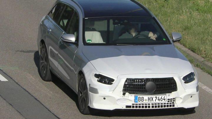 Faceliftovaný Mercedes-Benz triedy E bol nafotený pri testovaní.