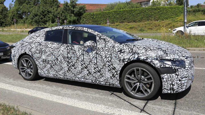 Mercedes-Benz EQS bol nafotený pri testovaní.