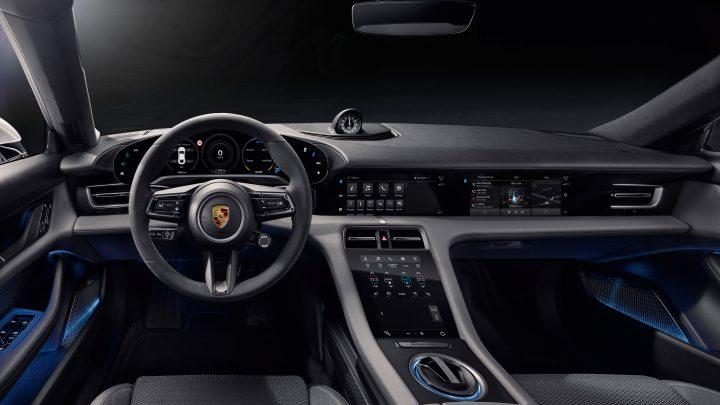 Interiér nového Porsche Taycan dostal až štyri dotykové displeje.
