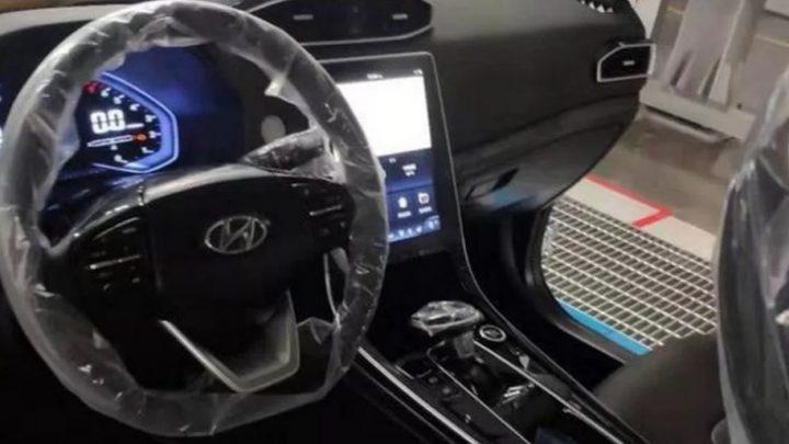 Hyundai ix25 dostal futuristický interiér s veľkým dotykovým displejom.