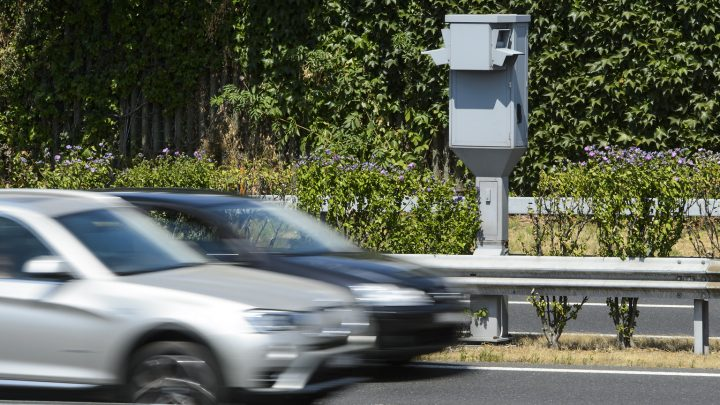 Od dnes už netreba nosiť bielu kartu od PZP a polícia ti môže poslať pokutu poštou.