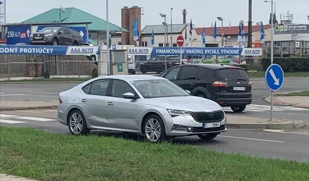 Nová Škoda Octavia bola nafotená takmer bez kamufláže.