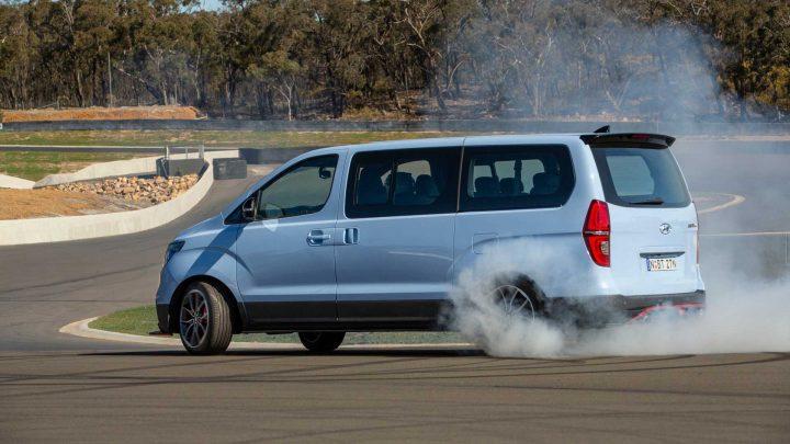 Hyundai iMax N je ostrý minivan so šesťvalcom pod kapotou. K tomu sa pridáva brutálny výkon a pohon zadných kolies.