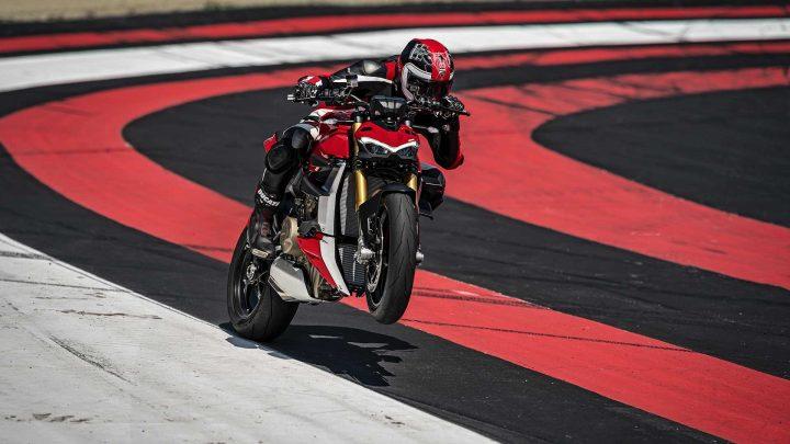 Prichádza silný pouličný bitkár z Talianska. Dámy a páni privítajte Ducati Streetfighter V4.