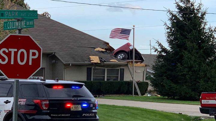 Nepochopiteľná nehoda. Vodič pristál na streche domu.