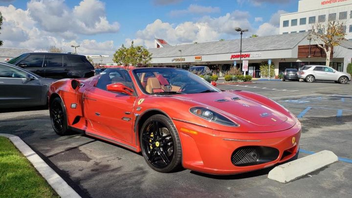Čo povieš na takto upravené Ferrari. Niekto má výborný vkus.
