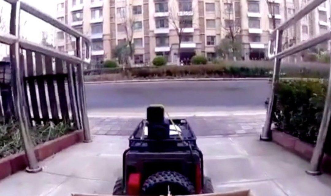 Čínska žena posiela Land Rover na diaľkové ovládanie do obchodu. Dôvod je koronavírus.
