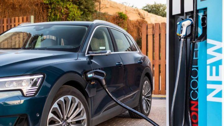 Elektromobil Audi E-Tron má vraj vyššie náklady na nabíjanie ako na tankovanie nafty do Q7 50 TDI.