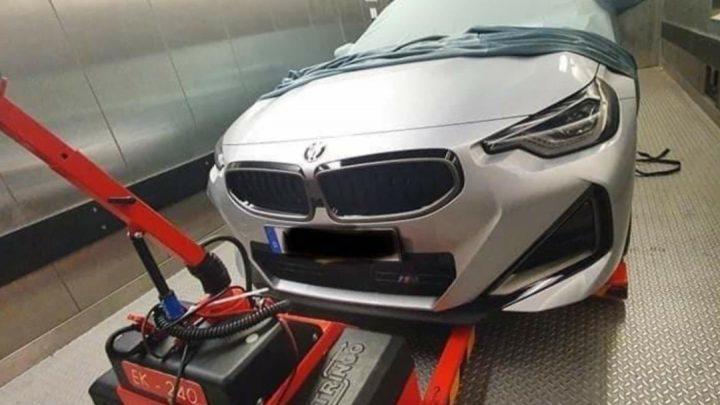 BMW 2 Coupe bolo odfotené bez kamufláže. Dostane pohon predných kolies?