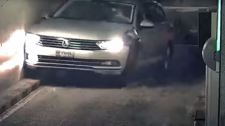 Švajčiarsky šofér z kantónu Bern zničil vozidlo na parkovisku.