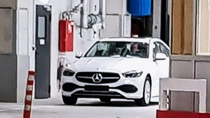 Nový Mercedes-Benz triedy C bol odfotený bez kamufláže.
