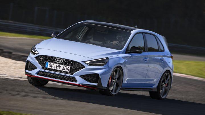 Aktualizovaný Hyundai i30 N dostane vyšší výkon, nižšiu váhu a automatickú prevodovku. Manuál zostáva v ponuke.