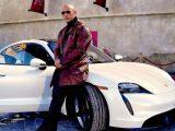 Dwayne Johnson sa nezmestil do Porsche Taycan. Museli prerušiť natáčanie.