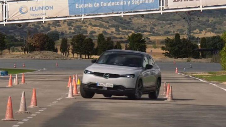 Mazda MX-30 absolvovala losí test. Je lepšia ako nový Volkswagen Golf.