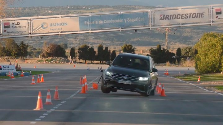 Volkswagen Tiguan je lepší v losom teste ako Volkswagen Golf.
