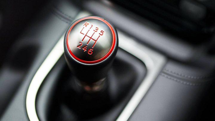 Koľko Američanov dokáže jazdiť s manuálnou prevodovkou?