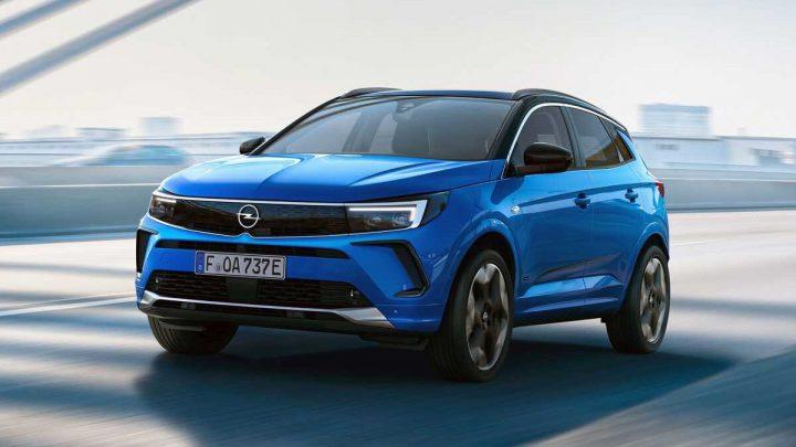 Opel Grandland prešiel aktualizáciou, ktorá prináša nový dizajn, nočné videnie a rôzne asistenčné systémy.