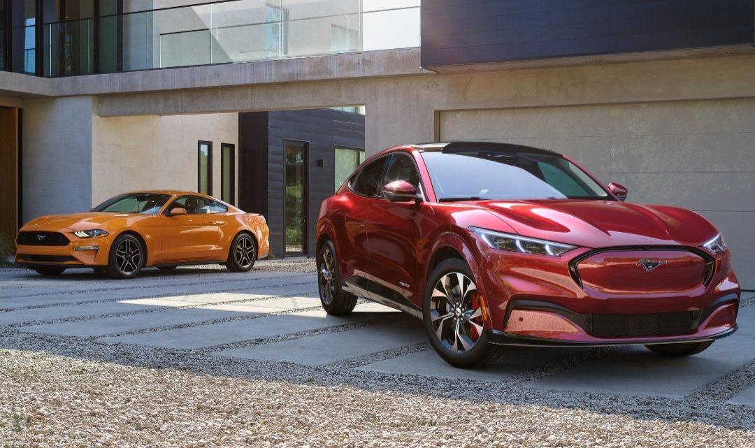 Ford vyrába viac elektrických Mustangov ako benzínových.