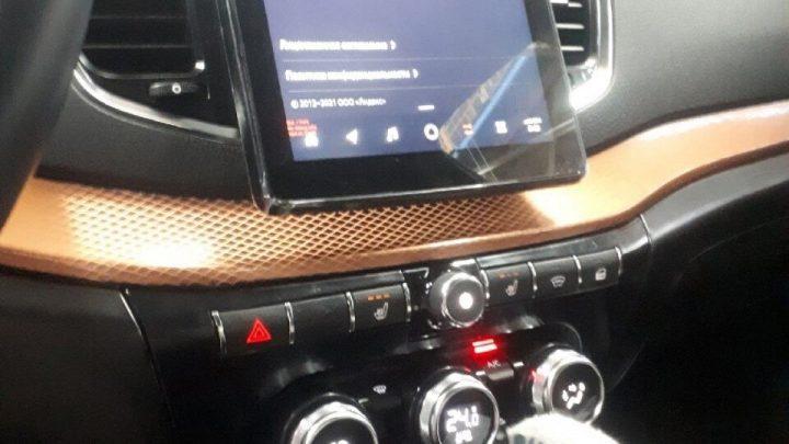 Nová Lada Vesta FL dostane virtual cockpit, veľký dotykový displej a ovládanie klimatizácie z Renault.